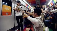 地铁现男男求婚跪送手表