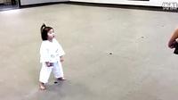 3岁的小女孩跟着教练背诵跆拳道信条