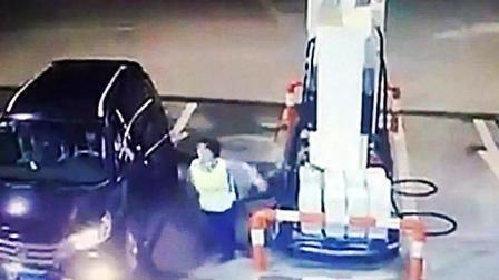 女司机正要加油, 女职员让她换个位置, 女司机下一秒真疯狂!