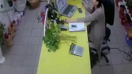 女职员一人在值班, 突然进来一劫匪, 她的反应神了