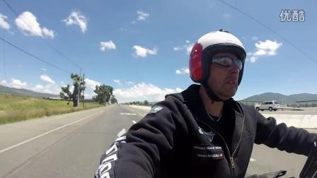 騎著勝利cross country摩托車環游世界