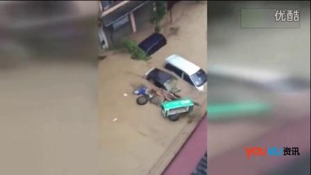 广西暴雨引发洪流冲走汽车 男子坐车顶电话求救